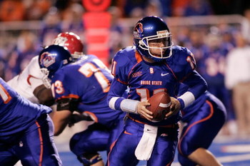 BOISE, ID - NOVEMBER 28: Kellen Moore #11 of the Boise State Broncos looks for a runner during their game against the Fresno State Bulldogs on November 28, 2008 at Bronco Stadium in Boise, Idaho.  (Photo by Otto Kitsinger III/Getty Images)