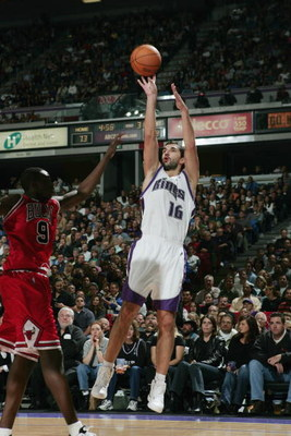 SACRAMENTO, CA - NOVEMBER 16:  Peja Stojakovic #16 of the Sacramento Kings shoots over Luol Deng #9 of the Chicago Bulls during the game at Arco Arena on November 16, 2004 in Sacramento, California. The Kings won 113-106.  NOTE TO USER: User expressly ack
