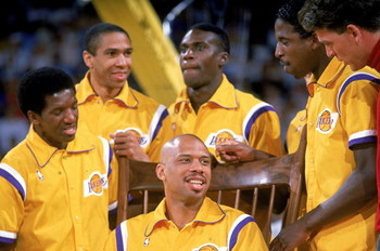 1989: Kareem Abdul- Jabbar of the Los Angeles Lakers is surrounded by his teammates as he retires from basketball.  Mandatory Credit: Stephen Dunn  /Allsport
