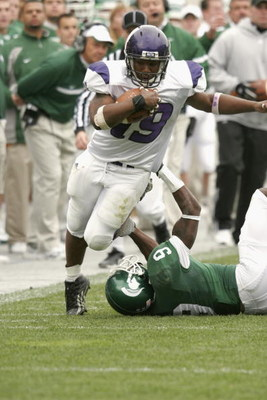 EAST LANSING, MI - OCTOBER 22:  Running back Tyrell Sutton #19 of the Northwestern Wildcats carries the ball against the Michigan State Spartans at Spartan Stadium on October 22, 2005 in East Lansing, Michigan. The Wildcats defeated the Spartans 49-14.  (