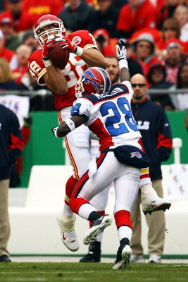 KANSAS CITY, MO - NOVEMBER 23:  Tony Gonzalez #88 of the Kansas City Chiefs catches a pass as Leodis McKelvin #28 of the Buffalo Bills defends during the game on November 23, 2008 at Arrowhead Stadium in Kansas City, Missouri.  (Photo by Jamie Squire/Gett