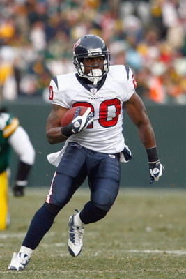 GREEN BAY - DECEMBER 7:  Steve Slaton #20 of the Houston Texans carries the ball during the game against the Green Bay Packers at Lambeau Field on December 7, 2008 in Green Bay, Wisconsin.  (Photo by: Jeff Gross/Getty Images)