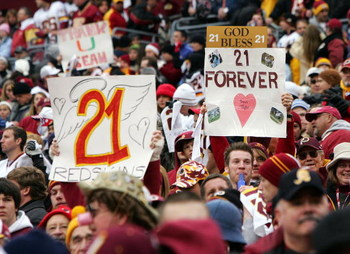 LANDOVER, MD - DECEMBER 02:  Fans of the Washington Redskins hold up signs honoring the late Sean Taylor prior to the game against the Buffalo Bills on December 2, 2007 at FedEx Field in Landover, Maryland.  (Photo by Jim McIsaac/Getty Images)