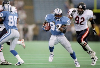 27 Nov 1997:  Running back Barry Sanders of the Detroit Lions (center) runs away from linebacker Barry Mintor of the Chicago Bears.  The Lions won the game 35-20. Mandatory Credit: Aubrey Washington  /Allsport