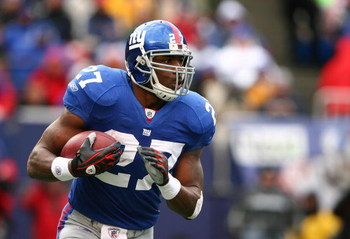 EAST RUTHERFORD, NJ - DECEMBER 07:  Brandon Jacobs #27 of the New York Giants runs against the Philadelphia Eagles during their game on December 7, 2008 at Giants Stadium in East Rutherford, New Jersey.  (Photo by Al Bello/Getty Images)