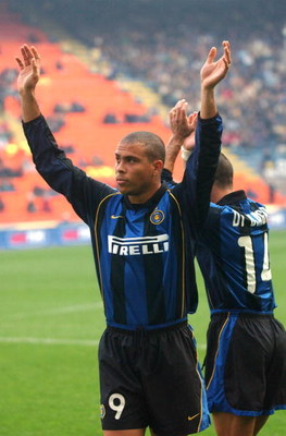 04 Nov 2001:  Ronaldo of Inter Milan acknowledges the crowd before his comeback from long term injury in the Serie A match between Inter Milan and Lecce, played at the Guiseppe Meazza Stadium, San Siro, Milan .   DIGITAL IMAGE Mandatory Credit: Grazia Ner