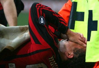 MILANO, ITALY - FEBRUARY 13:  Ronaldo of Milan stretchered off during the Serie A match between Milan and Livorno at the Stadio Meazza San Siro on February 13, 2008 in Milano, Italy. (Photo by New Press/Getty Images)