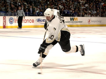 LOS ANGELES - NOVEMBER 1:  John LeClair #10 of the Pittsburgh Penguins puts a shot on goal against the Los Angeles Kings on November 1, 2006 at the Staples Center in Los Angeles, California.  (Photo by Noah Graham/Getty Images)