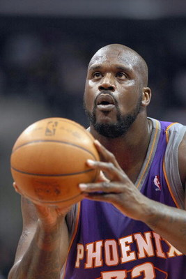 LOS ANGELES, CA - JANUARY 11:  Shaquille O'Neal #32 of the Phoenix Suns looks to make a free throw against the Los Angeles Clippers on January 11, 2009 at Staples Center in Los Angeles, California.   The Suns won 109-103.   NOTE TO USER: User expressly ac
