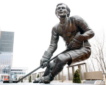 MONTREAL- JANUARY 21:  A statue of Guy Lafleur in Centennial Plaza outside of the Bell Centre, on January 21, 2009 in Montreal, Quebec, Canada.  (Photo by Richard Wolowicz/Getty Images)
