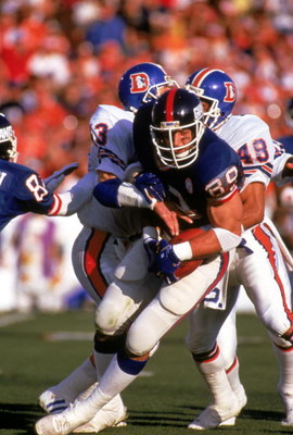 PASADENA, CA - JANUARY 25:  Tight end Mark Bavaro #89 of the New York Giants fights for yardage against defensive backs Steve Foley #43 and Dennis Smith #49 of the Denver Broncos during Super Bowl XXI at the Rose Bowl on January 25, 1987 in Pasadena, Cali