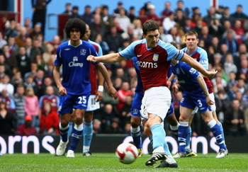 BIRMINGHAM, ENGLAND - APRIL 12:  Gareth Barry of Aston Villa scores a penalty to level the game 3-3 during the Barclays Premier League match between Aston Villa and Everton at Villa Park on April 12, 2009 in Birmingham, England.  (Photo by Paul Gilham/Get