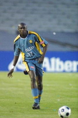 5 May 2001:  Ezra Hendrickson #17 of the Los Angeles Galaxy works upfield during the game with the Kansas City Wizards played at the Rose Bowl in Pasadena, California. The Galaxy defeated the Wizards 2-1 in overtime. DIGITAL IMAGE. Mandatory Credit: Scott