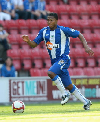 WIGAN, ENGLAND - MAY 24:  Antonio Valencia of Wigan runs with the ball during the Barclays Premier League match between Wigan Athletic and Portsmouth at the JJB Stadium on May 24, 2009 in Wigan, England.  (Photo by Hamish Blair/Getty Images)