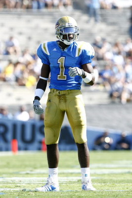 PASADENA, CA - SEPTEMBER 8:  UCLA Bruins cornerback Alterraun Verner #1  looks over the offense against the BYU Cougars at the Rose Bowl on September 8, 2007 in Pasadena, California. The Bruins defeated the Cougars 27-17 (Photo by Kevin Terrell/Getty Imag