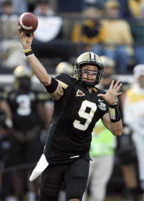 NASHVILLE, TN - NOVEMBER 10: Mackenzi Adams #9 of the Vanderbilt Commodores passes against the Kentucky Wildcats at Vanderbilt Stadium November 10, 2007 in Nashville, Tennessee. Kentucky defeated Vanderbilt 27-20. (Photo by Kevin C. Cox/Getty Images)
