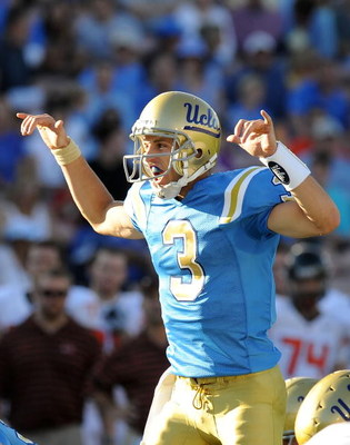 PASADENA, CA - NOVEMBER 08:  Kevin Craft #3 of the UCLA Bruins signals his teammats during the game against the Oregon State Beavers at the Pasadena Rose Bowl on November 8, 2008 in Pasadena, California.  (Photo by Lisa Blumenfeld/Getty Images)