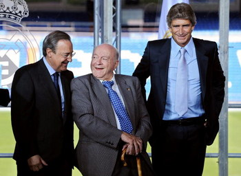MADRID, SPAIN - JUNE 02:  Real Madrid president Florentino Perez (L) chats with Real Madrid's honorary president Alfredo Di Stefano (C) flanked by the new Real Madrid coach Manuel Pellegrini during the presentation of the 55-year-old former Villarreal coa