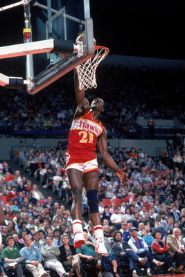 1985:  Dominique Wilkins #21 of the Atlanta Hawks goes up for a layup during a 1985 NBA season game.  (Photo by Rick Stewart/Getty Images)