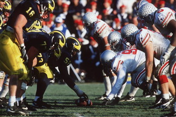 25 Nov 1995: Ohio State and Michigan go head to head in Michigan's 31-23 victory over Ohio State at Michigan Stadium in Ann Arbor, Michigan.