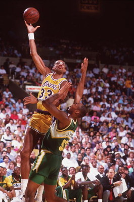 1989:  Center Kareem Abdul-Jabbar of the Los Angeles Lakers shoots a hook shot during the Lakers versus Seattle Supersonics game at the Great Western Forum in Inglewood, California.     Mandatory Credit: Tim DeFrisco/ALLSPORT