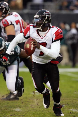 PHILADELPHIA - DECEMBER 31:  Michael Vick #7 of the Atlanta Falcons looks to pass against the Philadelphia Eagles in NFL action December 31, 2006 at Lincoln Financial Field in Philadelphia, Pennsylvania. The Eagles won 24-17.  (Photo by Jim McIsaac/Getty