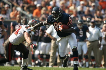 CHICAGO - SEPTEMBER 21:  Desmond Clark #88 of the Chicago Bears runs with the ball against the Tampa Bay Buccaneers at Soldier Field on September 21, 2008 in Chicago, Illinois. The Buccaneers won 27-24 in OT. (Photo by Jonathan Ferrey/Getty Images)