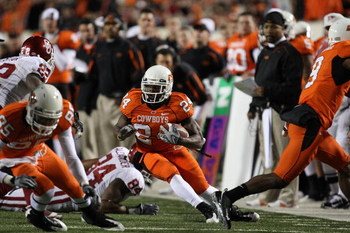 STILLWATER, OK - NOVEMBER 29:  Running back Kendall Hunter #24 of the Oklahoma State Cowboys runs the ball against the Oklahoma Sooners at Boone Pickens Stadium on November 29, 2008 in Stillwater, Oklahoma.  (Photo by Ronald Martinez/Getty Images)