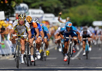 BRIGNOLES, FRANCE - JULY 05: Stage winner Mark Cavendish (L) of Great Britain and Team Columbia HTC sprints to victory during stage two of the 2009 Tour de France from Monaco to Brignoles, France on July 5, 2009 in Monaco.  (Photo by Jasper Juinen/Getty I