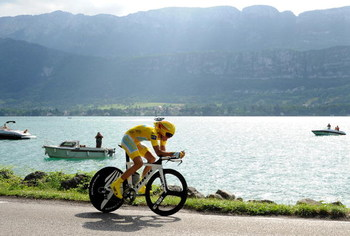 ANNECY, FRANCE - JULY 23:  Race leader Alberto Contador of Spain and team Astana rides in the individual time trail during stage 18 of the 2009 Tour de France on July 23, 2009 in Annecy, France.  (Photo by Jasper Juinen/Getty Images)