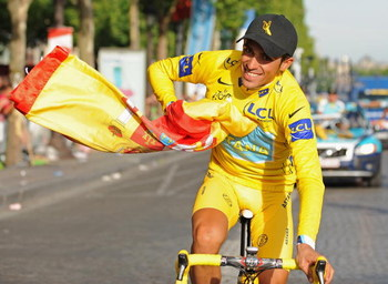 PARIS - JULY 26:  Yellow Jersey and race winner Alberto Contador of Spain and Astana celebrates with a spanish flag after Stage Twenty One of the Tour de France on July 26, 2009 in Paris, France.  (Photo by Jasper Juinen/Getty Images)