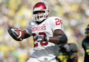 EUGENE, OR - SEPTEMBER 16: Adrian Peterson #28 of the Oklahoma Sooners runs against the Oregon Ducks on September 16, 2006 at Autzen Stadium in Eugene, Oregon. (Photo by Jonathan Ferrey/Getty Images)