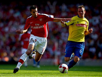 LONDON, ENGLAND - MAY 24: Robin Van Persie (L) of Arsenal competes for the ball against Glenn Whelan (R) of Stoke City during the Barclays Premier League match between Arsenal and Stoke City at Emirates Stadium on May 24, 2009 in London, England.  (Photo