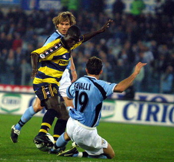 18 APR 2001:  Favalli of LAZIO  and Appiah  of Parma in action  during the SERIE A 25th  Round League match between Lazio and Parma, played at the Olimpyc Stadium, Rome .   Paolo Bruno/ GRAZIA NERI     DIGITAL CAMERA