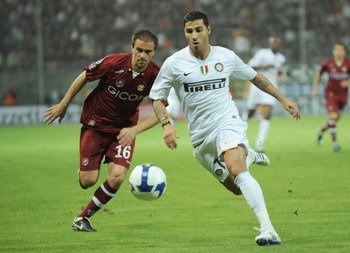 REGGIO CALABRIA, ITALY - NOVEMBER 01:  Carlos Valdes of Reggina and Ricardo Quaresma of Inter compete for the ball during the Serie A match between Reggina and Inter at the Stadio Granillo on November 01, 2008 in Reggio Calabria, Italy. (Photo by New Pres