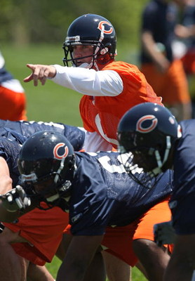 LAKE FOREST, IL - MAY 20:  Jay Cutler #6 of the Chicago Bears points to a defensive formation during an organized team activity (OTA) practice on May 20, 2009 at Halas Hall in Lake Forest, Illinois. (Photo by Jonathan Daniel/Getty Images)