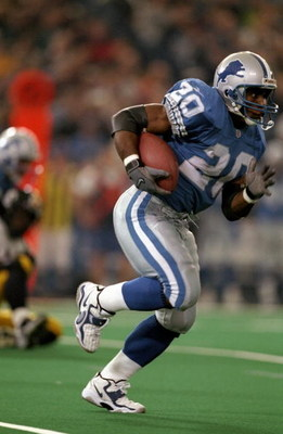 26 Nov 1998:  Running back Barry Sanders #20 of the Detroit Lions runs with the ball during a game against the Pittsburgh Steelers at the Silverdome in Pontiac, Michigan. The Lions defeated the Steelers 19-16. Mandatory Credit: Andy Lyons  /Allsport