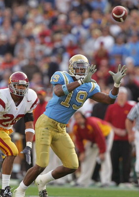 PASADENA, CA - DECEMBER 4:  Marcedes Lewis #19 of the UCLA Bruins sets up for the catch during the game against the USC Trojans on December 4, 2004 at the Rose Bowl in Pasadena, California.  USC won 29-24. (Photo by Harry How/Getty Images)