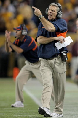 MINNEAPOLIS, MN - NOVEMBER 03:  Head coach Ron Zook directs the Illinois Fighting Illini against the Minnesota Golden Gophers at the Hubert H. Humphrey Metrodome on November 3, 2007 in Minneapolis, Minnesota.  (Photo by Doug Pensinger/Getty Images)