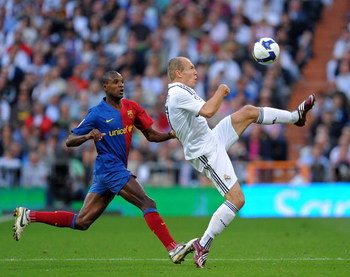 MADRID, SPAIN - MAY 02:  Arjen Robben (R) of Real Madrid duels for the ball with Eric Abidal of Barcelona during the La Liga match between Real Madrid and Barcelona at the Santiago Bernabeu Stadium on May 2, 2009 in Madrid, Spain.  (Photo by Jasper Juinen