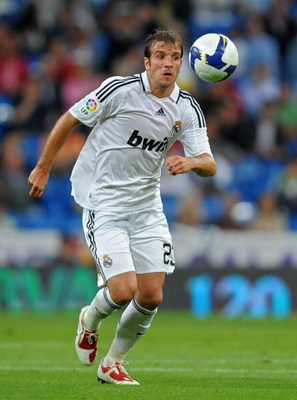 MADRID, SPAIN - MAY 24:  Rafael van der Vaart of Real Madrid runs with the ball during the La Liga match between Real Madrid and Mallorca at the Santiago Bernabeu Stadium on May 24, 2009 in Madrid, Spain. Real Madrid lost the match 3-1.  (Photo by Jasper