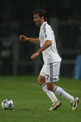 TURIN, ITALY - OCTOBER 21:  Ruud van Nistelrooy of Real Madrid runs with the ball during the UEFA Champions League Group H match between Juventus and Real Madrid at the Stadio Olimpico on October 21, 2008 in Turin, Italy.  (Photo by Hamish Blair/Getty Ima