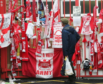 NOTTINGHAM, ENGLAND - SEPTEMBER 22:  A fan pays his respect to the late Brian Clough who died on September 20 at The City Ground on September 22, 2004 in Nottingham, England.  (Photo by Laurence Griffiths/Getty Images)