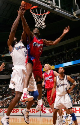 WASHINGTON - NOVEMBER 9:  Quinton Ross #13 of the Los Angeles Clippers grabs a rebound over Brendan Haywood #33 of the Washington Wizards during the game at MCI Center on November 9, 2005 in Washington, D.C.  The Clippers won 102-97. NOTE TO USER: User ex