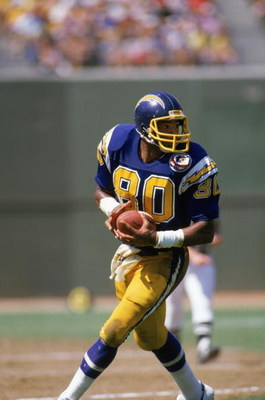 SAN DIEGO, CA - 1984:  Wide receiver Kellen Winslow #80 of the San Diego Chargers runs the ball during a game at Jack Murphy Stadium during the 1984 NFL season in San Diego, California.  (Photo by Rick Stewart/Getty Images)