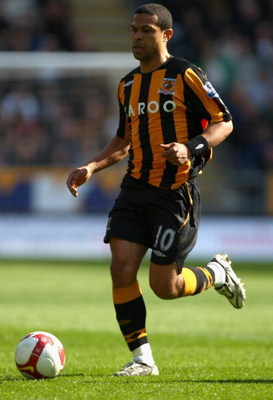 HULL, ENGLAND - APRIL 04:  Geovanni of Hull City runs with the ball during the Barclays Premier League match between Hull City and Portsmouth at the KC Stadium on April 4, 2009 in Hull, England.  (Photo by Clive Rose/Getty Images)