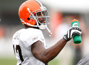 BEREA, OH - AUGUST 07:  Braylon Edwards #17 of the Cleveland Browns gets a drink during training camp at the Cleveland Browns Training and Administrative Complex on August 7, 2009 in Berea, Ohio.  (Photo by Gregory Shamus/Getty Images)