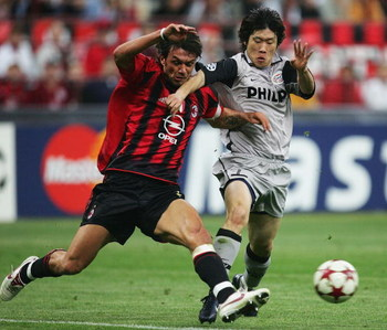MILAN, ITALY - APRIL 26:  Ji-Sung Park of PSV battles with Paolo Maldini of AC Milan during the UEFA Champions League Semi Final First Leg match between AC Milan and PSV Eindhoven at The San Siro on April 26, 2005 in Milan, Italy.  (Photo by Laurence Grif