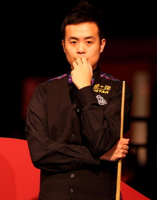 LONDON - JANUARY 13:  Marco Fu from Hong Kong thinks about his next shot during his match against John Higgins of Scotland in the Masters Snooker at Wembley Conference Centre on January 13, 2009 in London, England.  (Photo by Phil Cole/Getty Images)