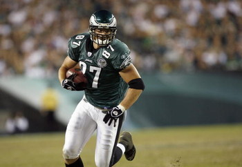 PHILADELPHIA - OCTOBER 21: Brent Celek #87 of the Philadelphia Eagles carries the ball during the game against the Chicago Bears at Lincoln Financial Field October 21, 2007 in Philadelphia, Pennsylvania. (Photo by Kevin C. Cox/Getty Images)